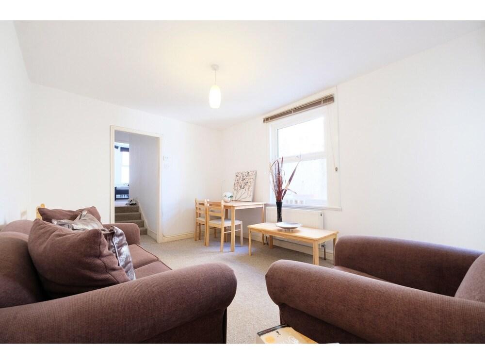 Quiet and Spacious 2-bedroom Flat , Sleeps 4