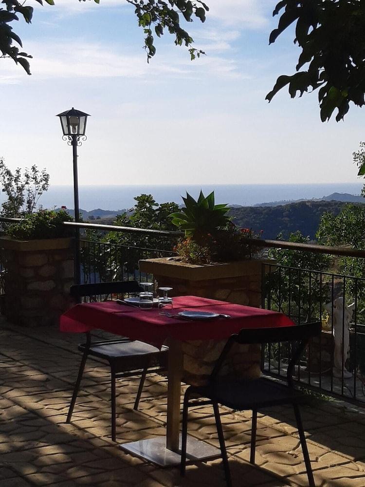 Studio in Badolato, With Wonderful sea View, Pool Access, Furnished Te