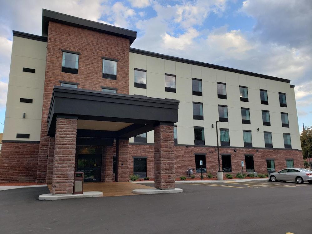 Cobblestone Hotel and Suites Janesville