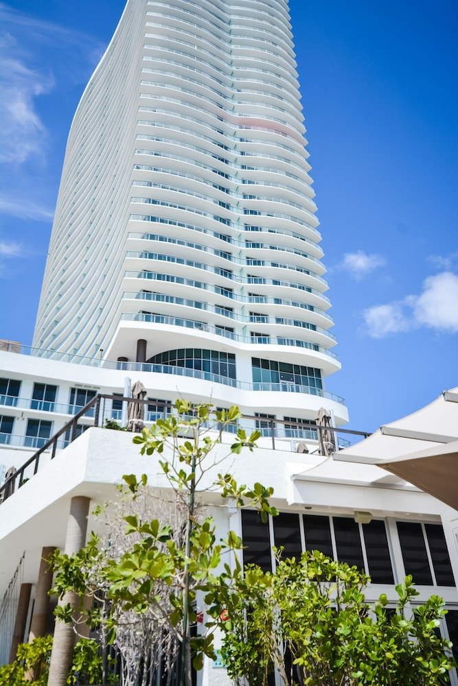 Hyde Beach Hallandale Suite by MDR