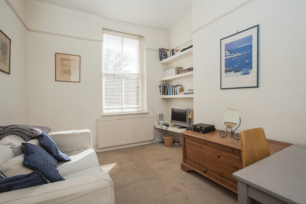 Bright 1 Bedroom Flat in Oval