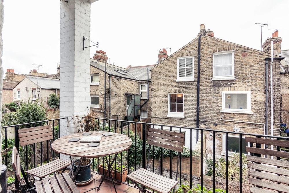 2 Bedroom Apartment With Balcony Near Battersea Park