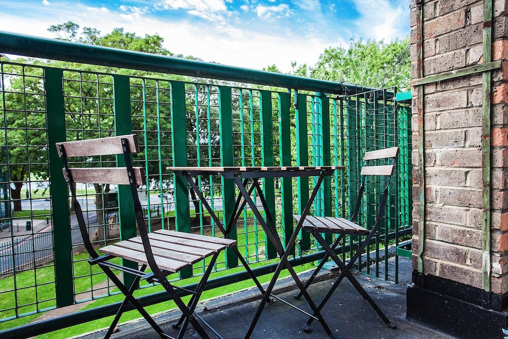 Bright 2 Bedroom Property With Balcony