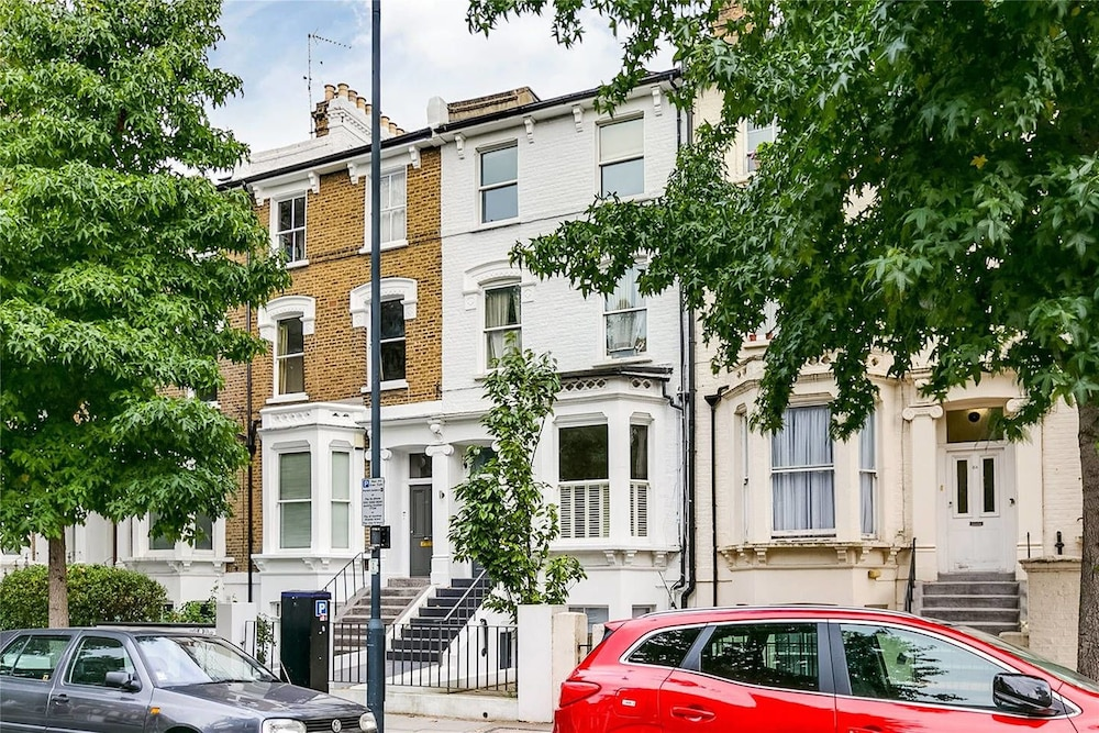 Incredible 2 Bedroom Apartment With Garden in Hammersmith