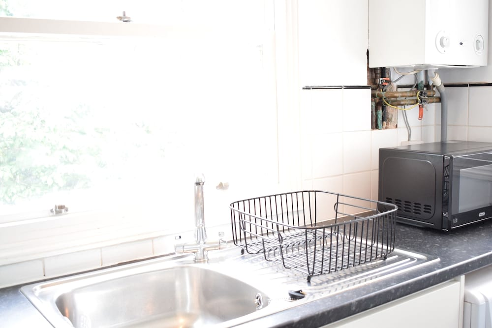 2 Bedroom Apartment With Balcony in Earls Court