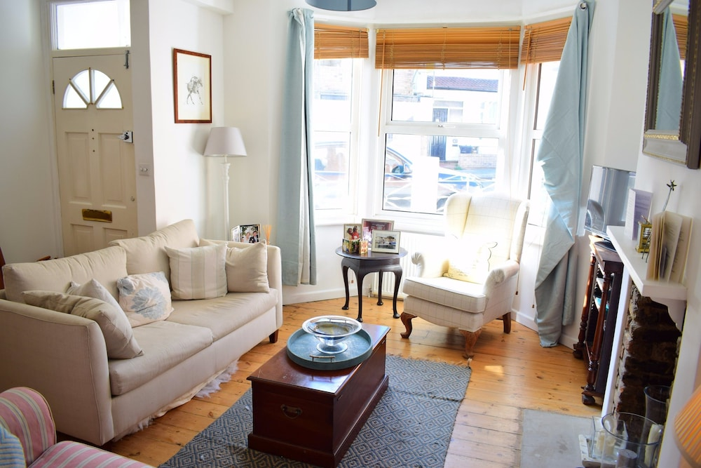 1 Bedroom Home With Private Garden in Barons Court