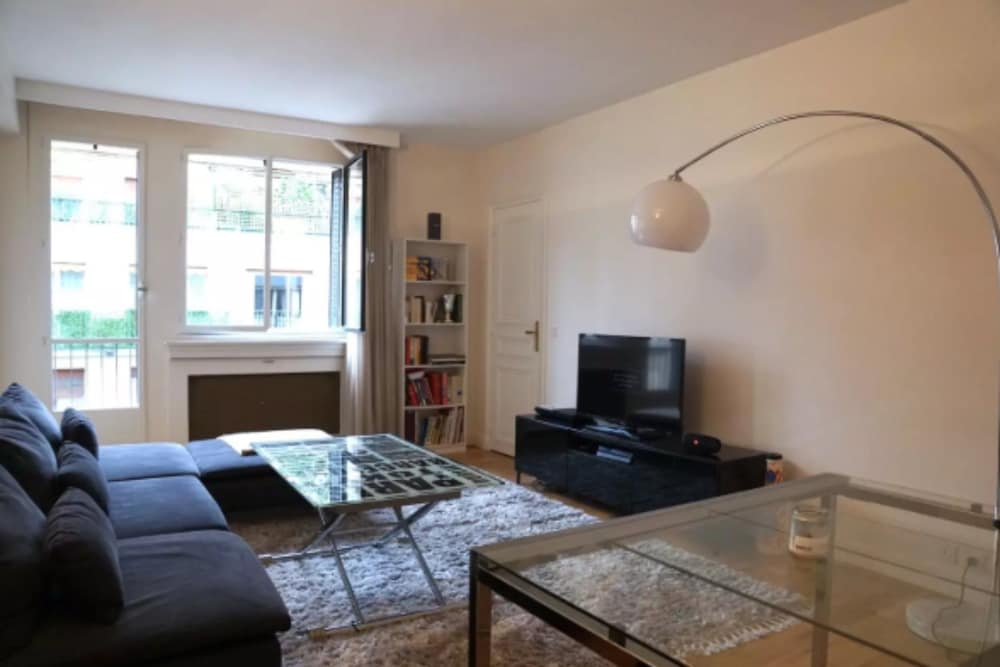 1 Bedroom Flat Near Eiffel Tower