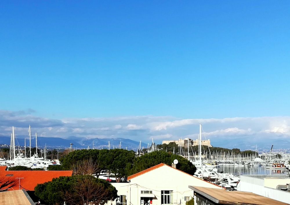 2P Vieil Antibes balcon sur la Marina