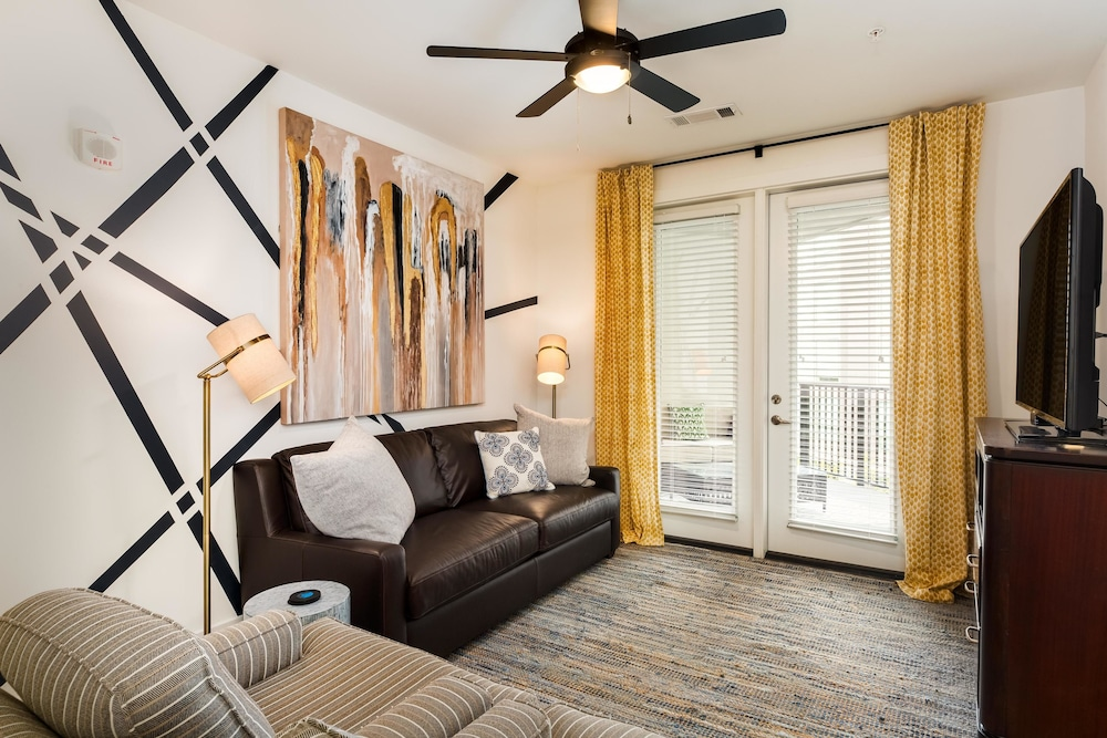 Upbeat 2BR w/ Pool in Heart Of Music Row