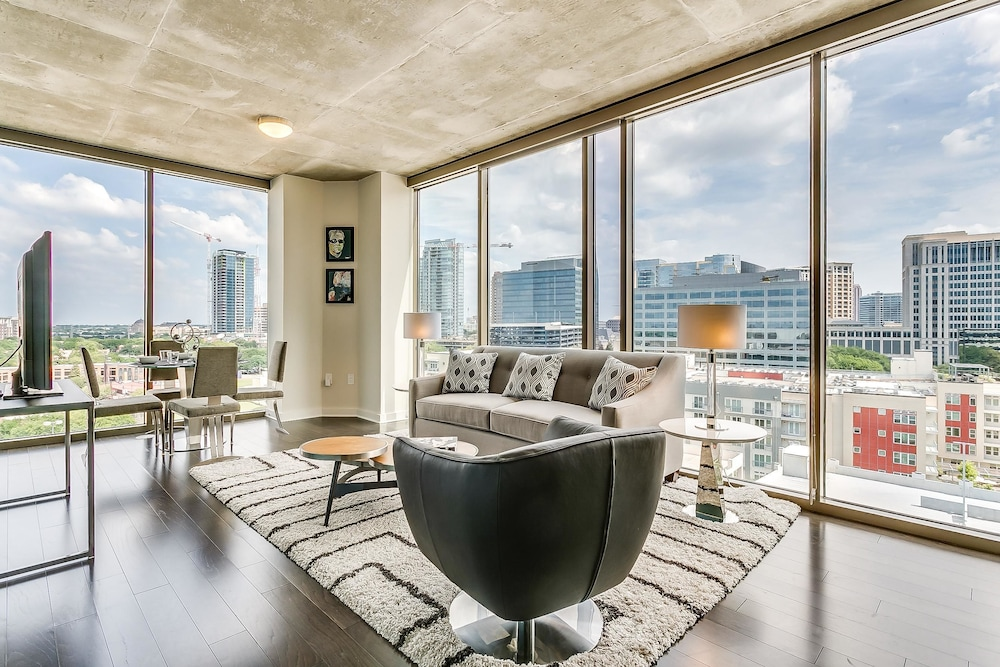 Cosmopolitan 2BR w/ Pool + Gym in Victory Park