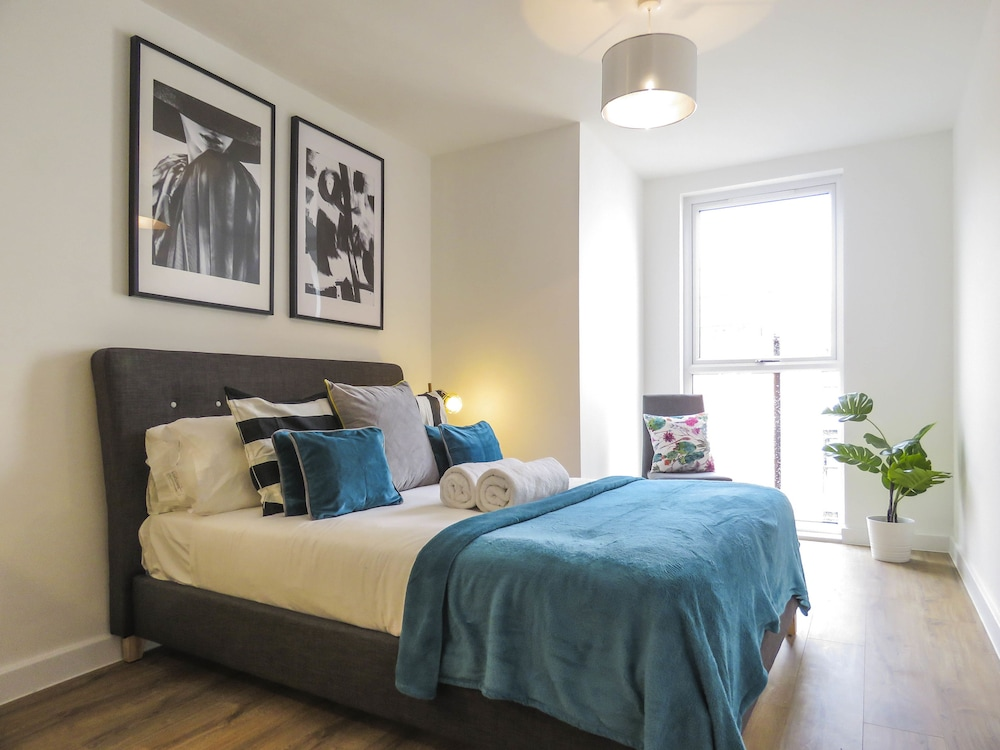 Tudors - Canal Side Apartment - King bed