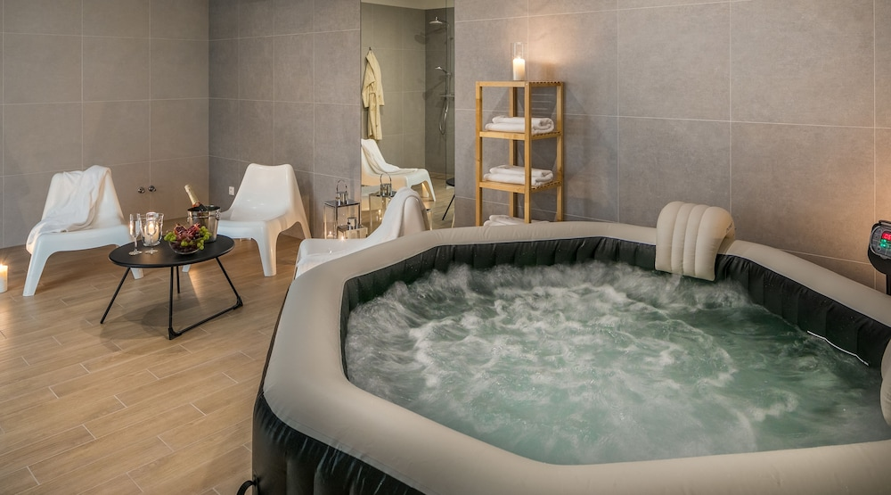 Apartments With Event Space & Jacuzzi
