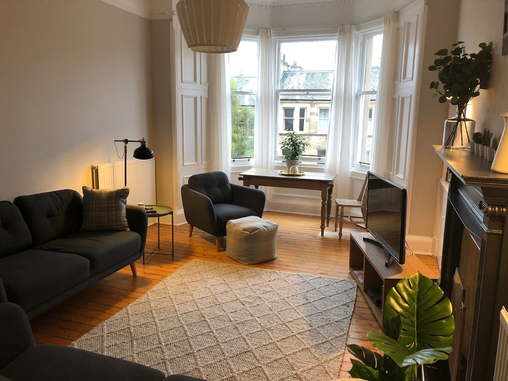 Traditional 3 Bedroom Tenement in Marchmont