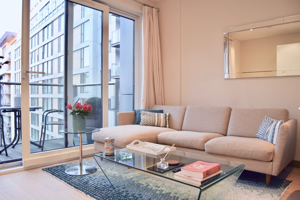Bright 1 Bedroom Apartment With River Views