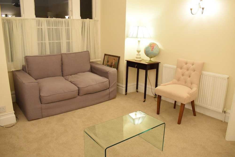 Spacious 3 Bedroom Apartment in South West London