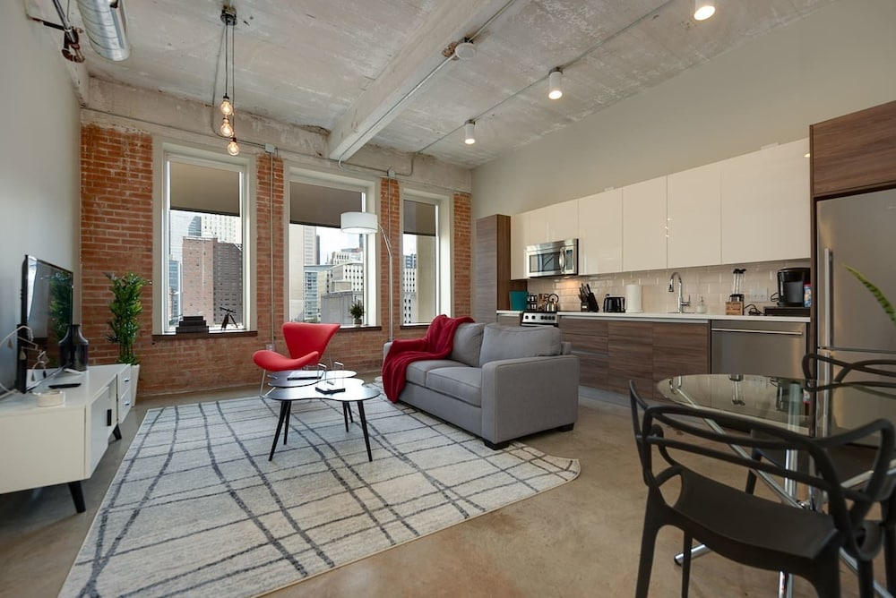 Gorgeous 1 Bedroom in Historic Building, Downtown!