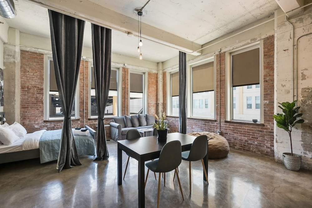 Beautiful 3bd Unit in Perfect Downtown Location