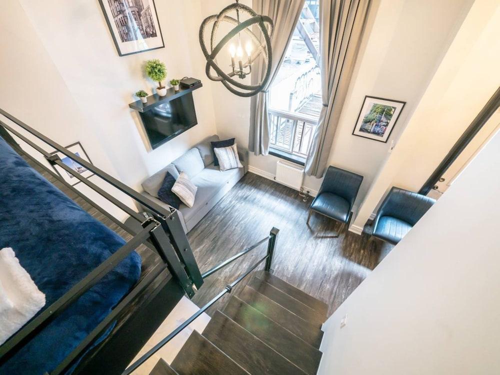 Modern 2 Bedroom Apartment