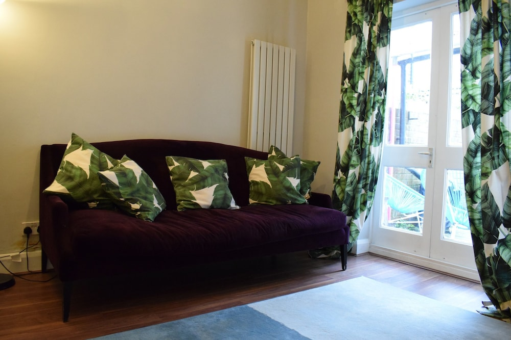 1 Bedroom Garden Flat in Zone 2