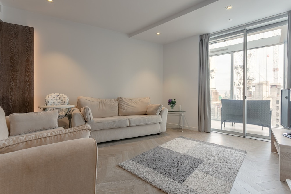 Incredible 1 Bedroom Penthouse With Balcony in Battersea