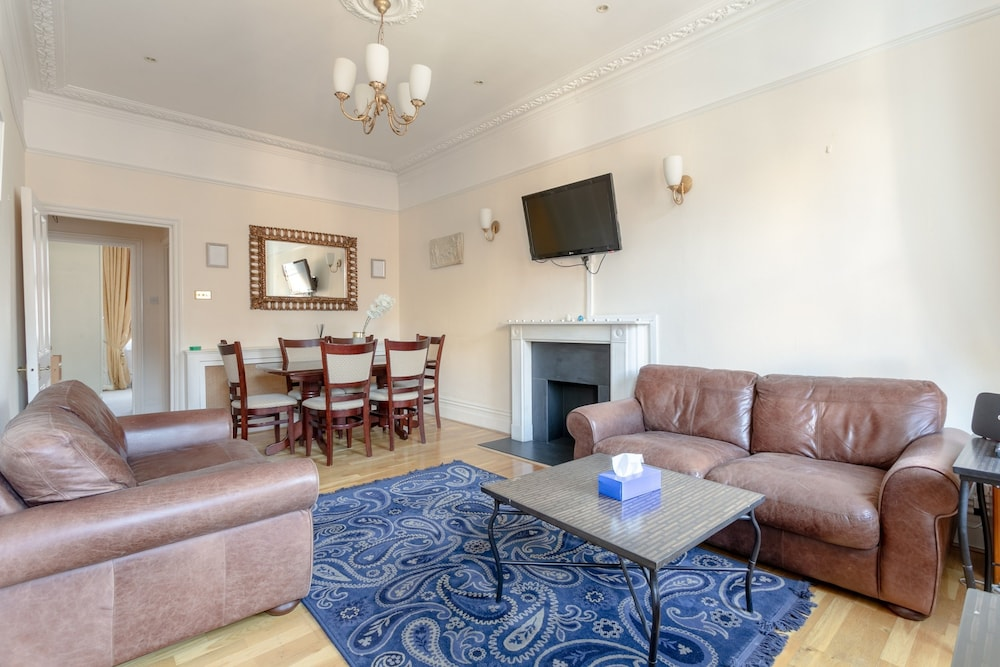 Traditional 2 Bedroom Flat in South Kensington