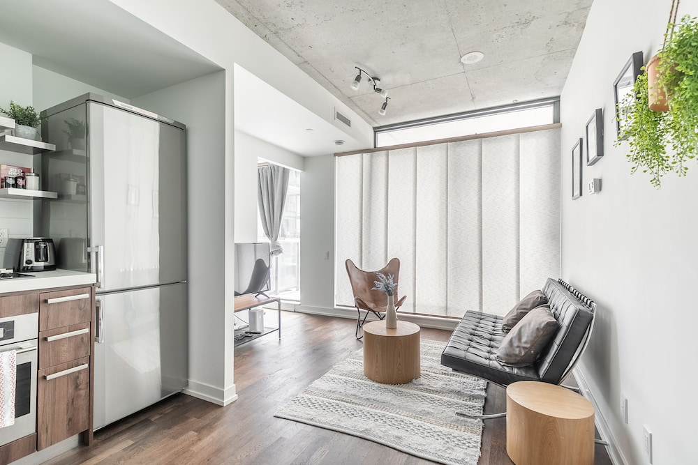 Stylish and Bright 1BR Condo King West