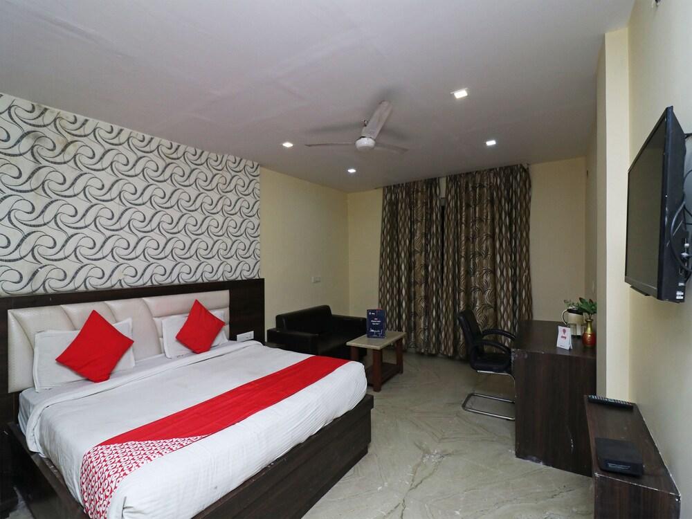 OYO 23595 Hotel Tajway Inn