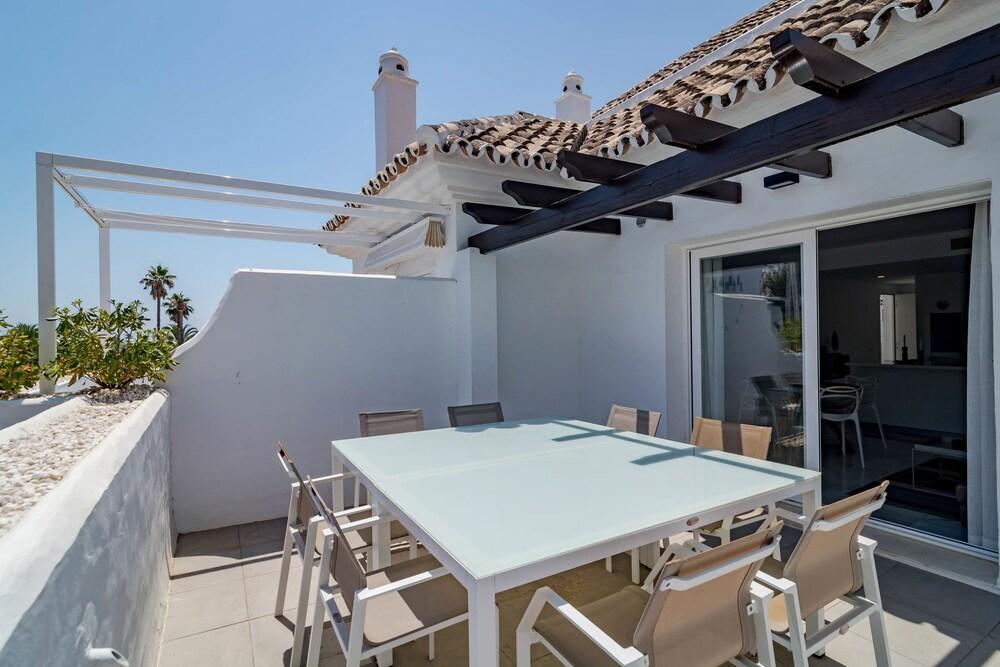 IVY4- Modern 2 bedroom duplex close to beach