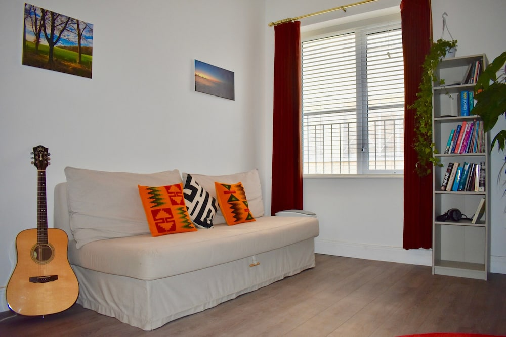 Central 1 Bedroom Apartment With Lively Decor