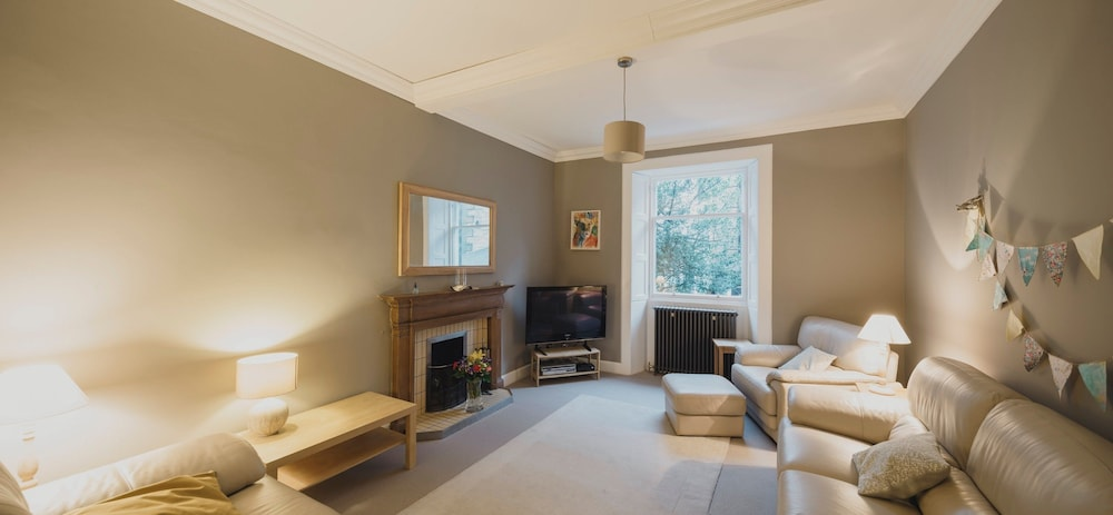Beautiful 3 Bedroom Georgian Townhouse With Parking