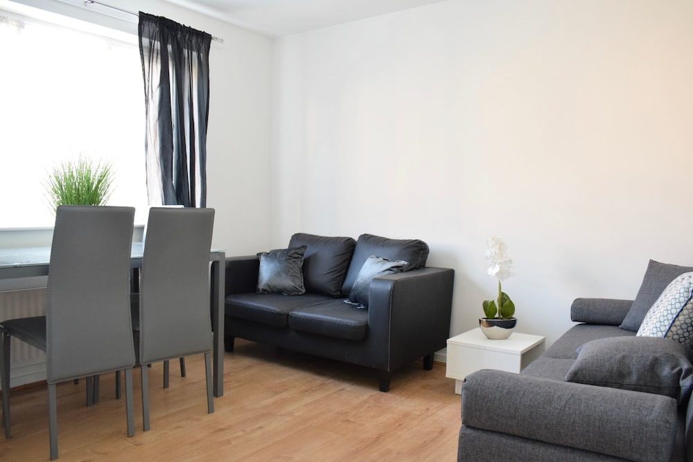 Bright 2 Bedroom Flat in Acton