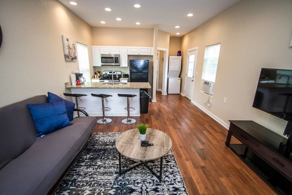 Douglas Way Remodeled House Near Downtown 1ba/1ba