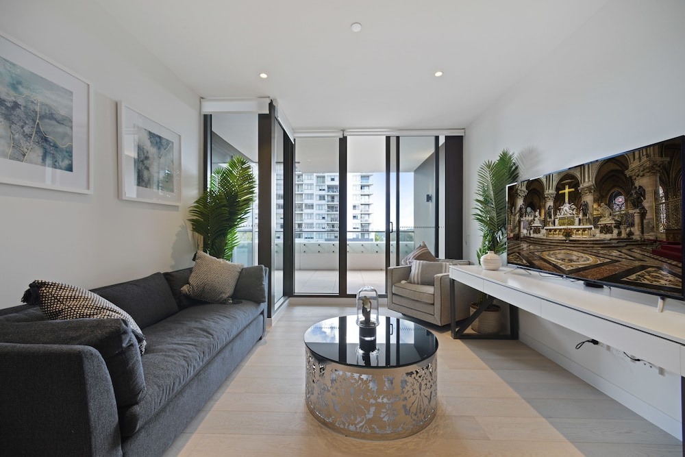 Brand New Fully Furnished Apartment near Macquarie Centre