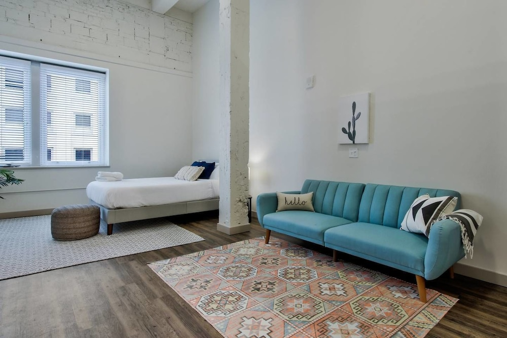 Downtown Luxury Apartment + New Furnishings + Pool