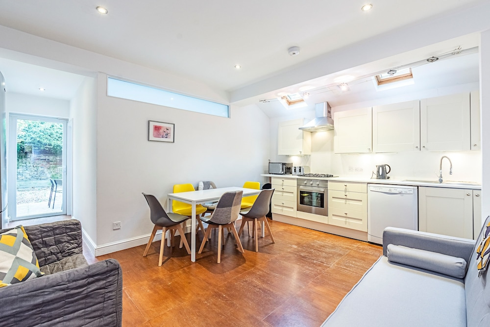 Stanlake Road · Comfy 3 Bed Apartment Near Hammersmith Park