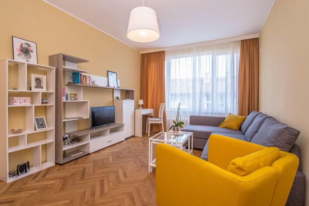FM Deluxe 2-BDR Apartment - Sunshine