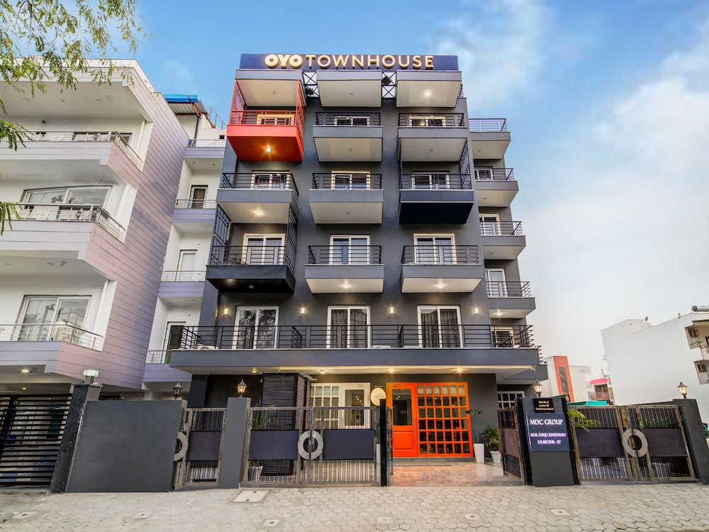 OYO Townhouse 101 Golf Course Road