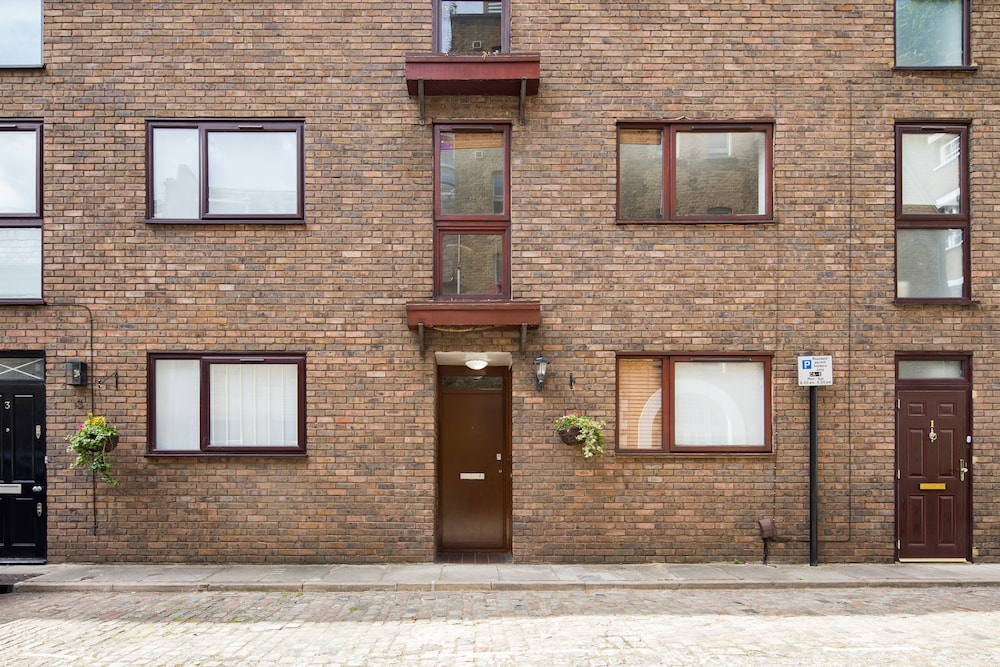 Richardsons Mews by Lime Street