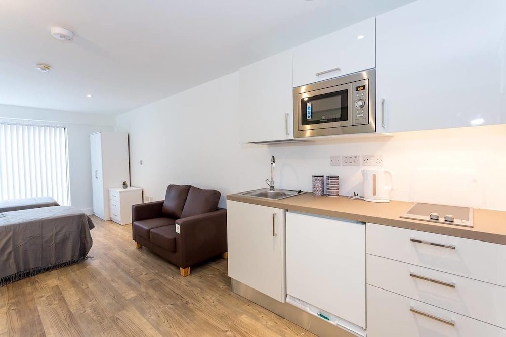 Spacious studio apartment in the heart of Oldham