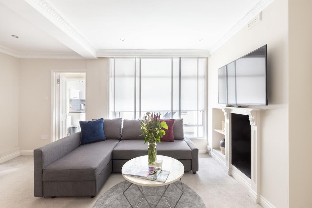 Elegant double bedroom in Belgravia