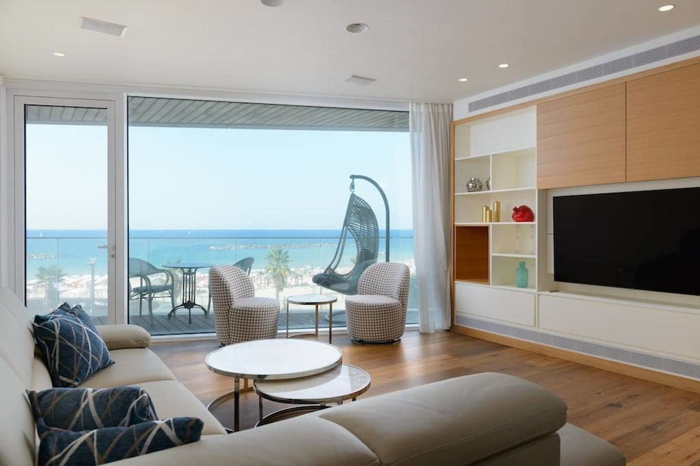 Luxury 2BR on the water by HolyGuest