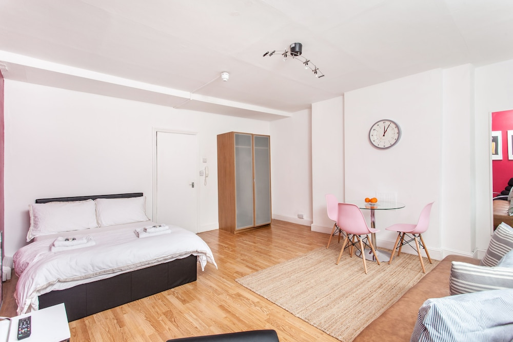 Spacious Studio Apartment Soho Square