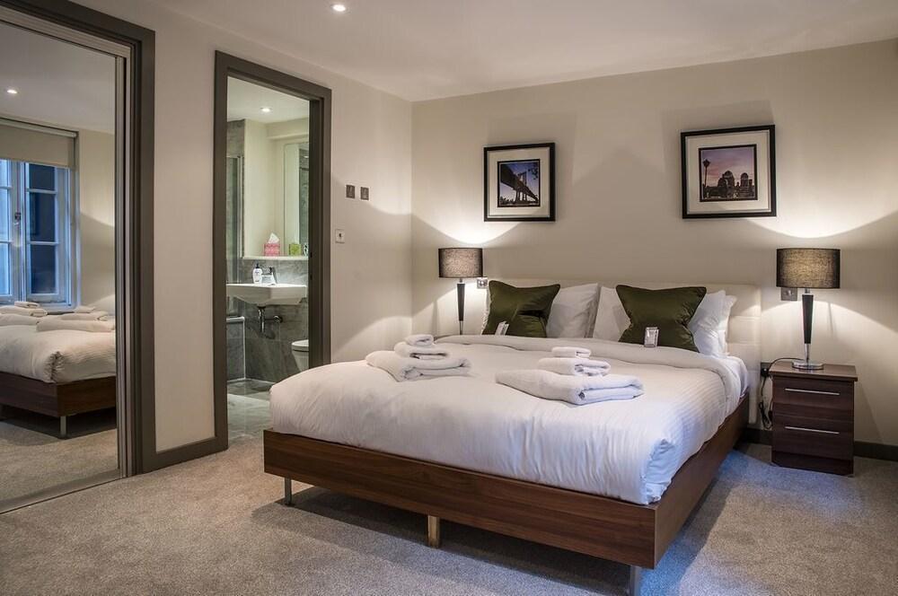 Mayfair Luxury Three Bedroom Apartment