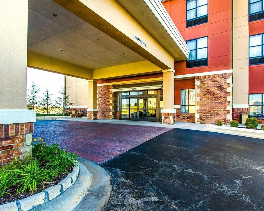 Comfort Inn & Suites Shawnee North near I-40
