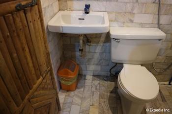 Frendz Resort Boracay Bathroom