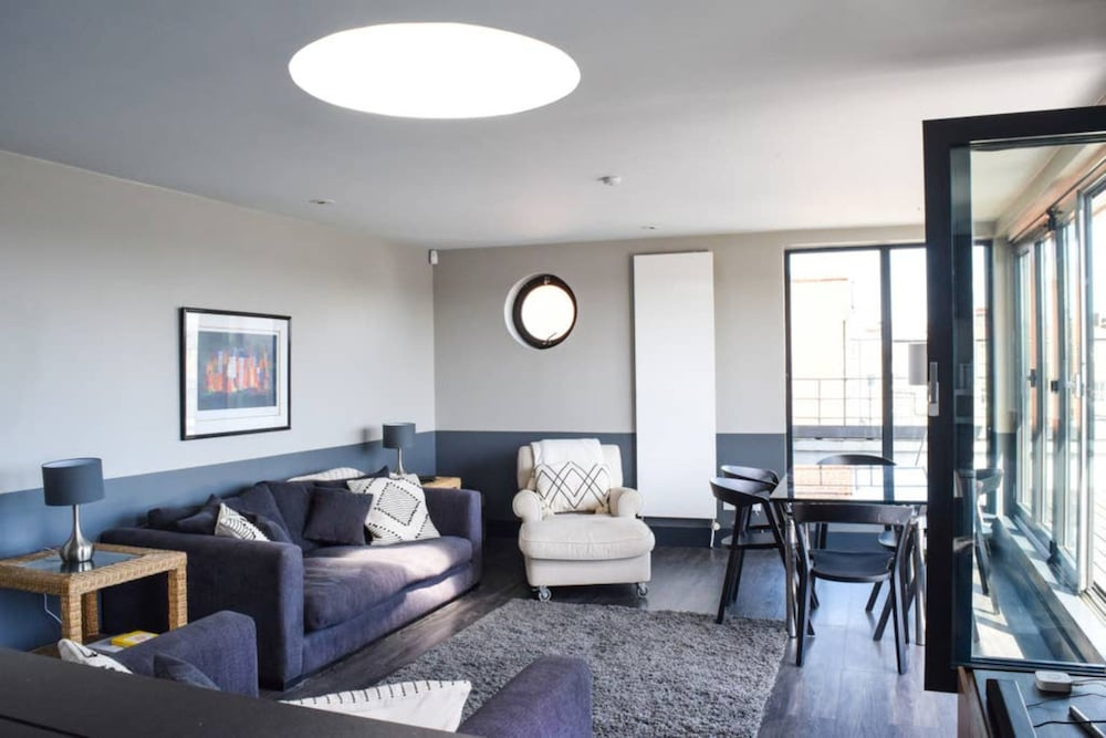 2 Bedroom Penthouse Flat In The Heart Of Balham
