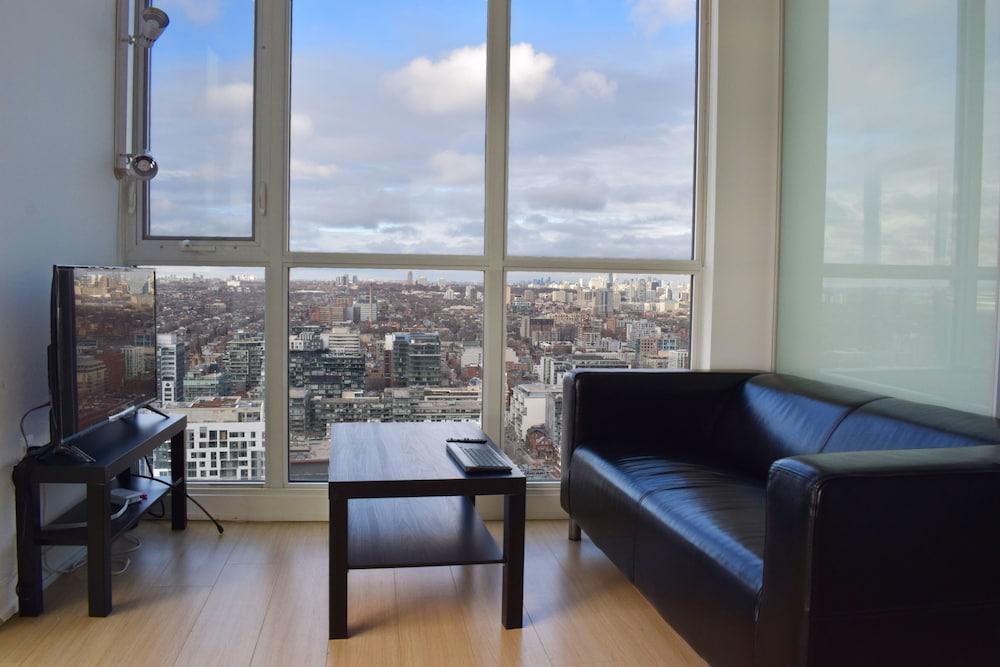 1 Bedroom Apartment With Toronto Skyline Views