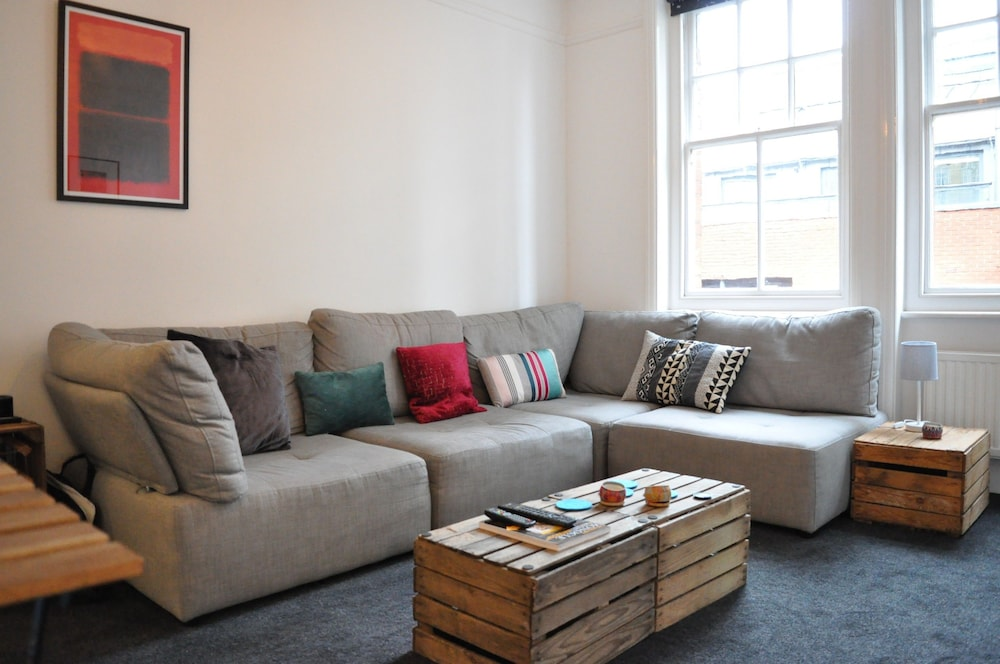 Bright 1 Bedroom Apartment in Great Location