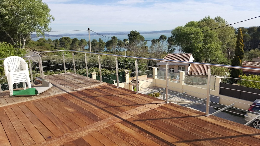 Apartment With 2 Bedrooms in Saint-mitre-les-remparts, With Wonderful