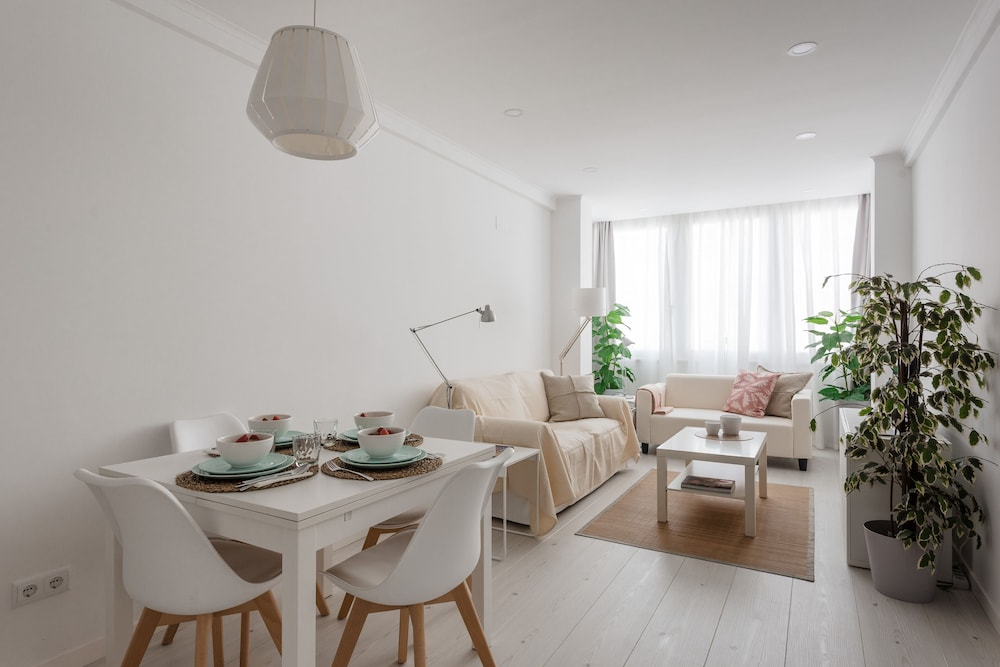 Light-Filled Apartment, w/ Free Pick-Up By TimeCooler